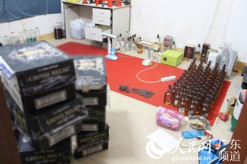 广州警方春节前捣毁两制售名牌假酒窝点 涉案约15万元