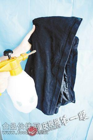 将柠檬汁 水混合液体喷在棉外套上